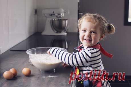 6легких рецептов для готовки сдетьми. Кулинария — это превосходное занятие не только для взрослых, но и для детей. Готовя, ребенок развивает фантазию и координацию. Кроме того, это повод провести замечательное время со своим малышом.