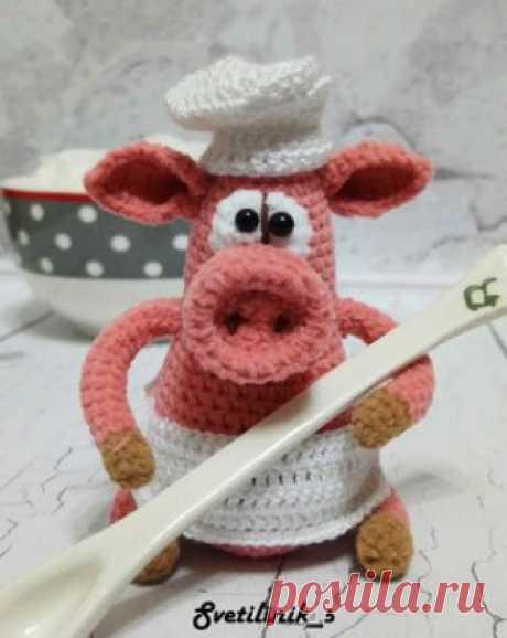 Поросята-хранители амигуруми. Схемы и описания для вязания игрушек крючком! Бесплатный мастер-класс от Михетовой Светланы по вязанию маленьких поросят-хранителей крючком. Высота вязаной свинки примерно 8 см. Для изготовления п…