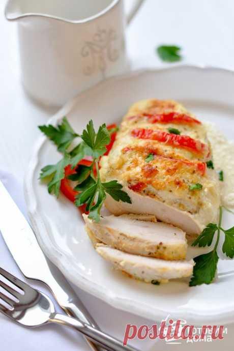 Куриная грудка в сметанном соусе    Ингредиенты   филе куриной грудки 500-600 г  болгарский перец (красный) 0,5 шт  приправа для курицы (любая) 1/3 ч.л. (по желанию)  сыр (типа Российского) 50 г (по желанию)  сливочное масло 1 ст.л. …