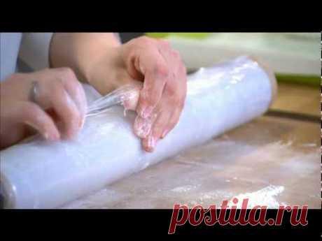 Честный хлеб - Выпуск 4 Пицца и пита 10.10  680 гр муки 9 гр дрожжей 2 ст л сахара 14 гр соли 482 гр тёплой воды В воде развести дрожжи. В миске смешать муку, сахар, соль, растительное масло и добавить воду с дрожжами, все перемешать, выложить на доску, завернуть тесто как конверт, оставить отдохнуть под прикрытием на 20 мин.