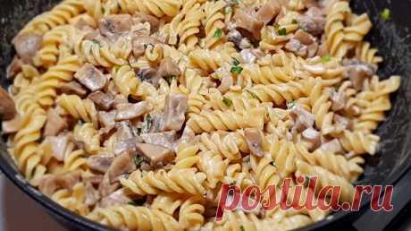 Целая сковорода вкусной еды: макароны с грибами и сметанным соусом