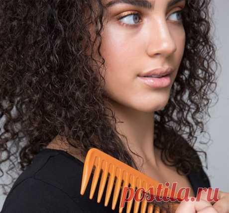 Как ухаживать за волосами после химической завивки. Химическая завивка – это процедура, к которой очень часто прибегают девушки, мечтающие получить роскошные кудри.  В косметических салонах предлагаются различные типы составов и разная величина коклюшек, на которых накручиваются локоны. Грамотный, бережный уход за волосами после химической завивки снизит вред от процедуры, поможет постепенно подлечить и восстановить структуру волосяных прядей, сделать завитки живыми, блестящими.