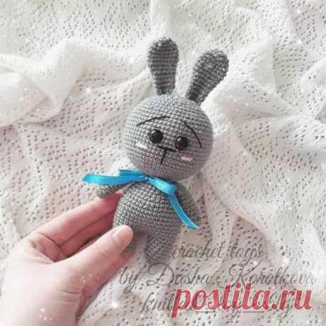 Милый зайчик крючком амигуруми Милый зайчик амигуруми размером 17 см с учетом ушек. Для вязания игрушки используйте крючок 1.4 мм, пряжу Lira Vita Cotton и глазки на безопасном креплении.