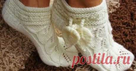 Шикарные носочки-тапочки своими руками  Поистине шикарные носочки-тапочки, вязаные спицами ажурным узором из листочков.
