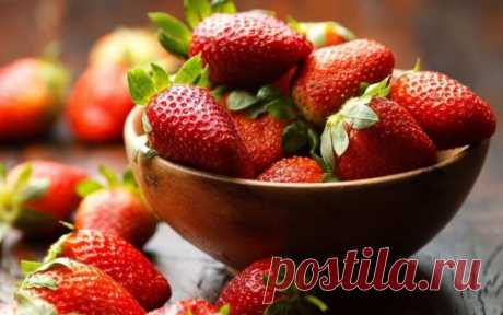4 BEST FERTILIZERS FOR STRAWBERRY\u000aThe chicken dung, is good what the high percent of nitrogen without which berry is not capable to make large, juicy and sweet fruits contain. The chicken dung as top dressing in the liquid state is used. Standard calculation 1 liter of a bird's dung on 10 liters of water not to burn a plant has to stay the prepared solution about three days.\u000aFermented milk products, for example serum. It is known that milk contains minerals, nitrogen, calcium, sulfur, phosphorus, more than 19 yours