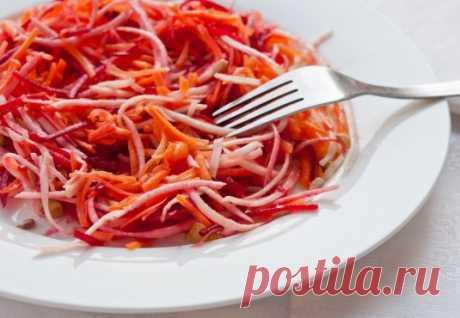Салат из свёклы, моркови и редьки. Рецепт хрустящего салата из свежей свёклы, моркови и редьки Дайкон с грецкими орехами, семенами подсолнечника, растительным маслом и соком лимона.