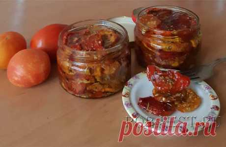 Как приготовить вяленые помидоры в домашних условиях? Если у вас есть электросушилка для овощей, духовка или микроволновка, то у вас всё легко получится.