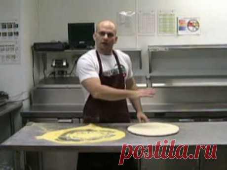 Pizza Slapping/Tossing/Saucing  ролик о двух способах формовки пиццы