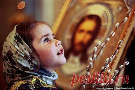 Любит Бог детей послушных   Радость им даёт во всём   Любит их молитвы слушать   За столом и перед сном.   Хочет Он чтоб вы все дети   Знали Бога с малых лет   Обладая счастьем этим   Избежим мы много бед.    Папа,мама---раскажите   Нам про Господа Христа   Нас любить дару учите   Чтоб попасть на небеса.