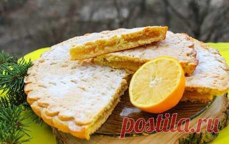 Лимонный пирог из детства   Ингредиенты:  Для теста:  Масло сливочное — 200 г Сметана — 200 г Мука — 3 стак. Сода — 0,5 ч. л.  Для начинки:  Лимон — 1 шт. Сахар — 1 стак. Крахмал — 1 ст. л.  Приготовление:  1. Лимон вымыть, вытереть. Цедру натереть на мелкой тёрке. Белую часть кожуры удалить, она не нужна. Разделить лимон на дольки, удалить косточки и плёнки. 2. Мякоть лимона пробить блендером, добавить сахар и ещё раз пробить блендером. 3. Муку просеять через сито, добави...