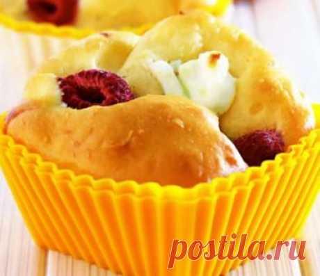 Рецепт как приготовить маффины с сыром и малиной   Маффины — простейший десерт, который кондитеры с некоторой натяжкой считают своим, а повара, обычно брезгующие кондитерским делом, тоже не отказываются готовить. Существует несколько историй о происхождении названия маффин. В одной из них слово маффин пришло в Великобританию в XI веке от французского слова moufflet, что означает сладкий хлеб. Другая история связывает это слово с немецким muffe — один из видов хлеба.Сегодня...