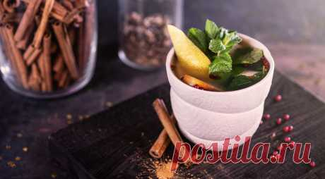 Чай груша с розовым перцем - Едим-дома Пряный чай с нотками смолы розового перца, освежающей мяты, пряной гвоздики и корицысогреет, улучшит самочувствие и снимет осеннюю хандру. ИНГРЕДИЕНТЫ 30 мл пюре MONIN «Груша Вильямс» 10 мл сиропа MONIN «Розовый перец» 150 мл горячей воды 50 мл яблочного сока 1 ветка мяты горсть розового перца горошком 3 соцветия гвоздики …