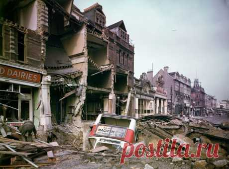 """Битва за Британию (18 фото)   Чёрт побери В британской историографии существует два термина: """"Битва за Британию"""" - обозначающий авиационное сражение с 10 июля по 30 октября 1940 года, и """"The Blitz"""" - период массированных бомбардировок Лондона и других городов с 7 сентября 1940 года по 10 мая 1941. А у нас есть подборка фотографий из этого мрачного времени, которое британцы называют также """"самая длинная ночь"""". Бомбардировщики Дорнье над лондонскими доками тревога! небо Лонд..."""