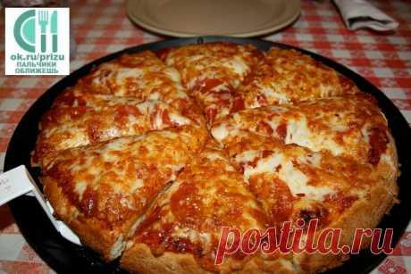 Пицца (самая быстрая) на сковороде за 10 минут  Сохраните, чтобы не потерять рецепт    Ингредиенты: - 4 ст.л. сметаны - 4 ст.л. майонеза - 2 яйца - 9 ст.л. муки (без горки) - сыр  Приготовление: 1. Тесто получается жидкое, как сметана, его выливаем на сковороду смазаную маслом, сверху положить начинку (томат, колбаса, солёные огурчики, оливки, помидоры и др.) 2. Заливаем майонезом, и сверху толстый слой сыра. 3. Ставить сковородку на плиту, на несколько минут, огонь большо...