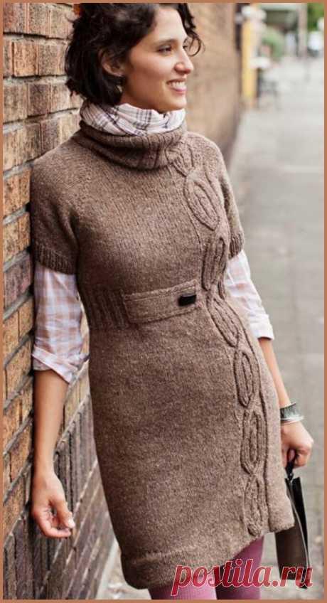 Строгое платье спицами с коротким рукавом, украшенное узорами из кос