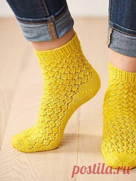 Ананасовые носочки для любителей сочных идей! Ажурные носочки от дизайнера Clare Devine выполнены из пряжи солнечного оттенка, они имеют французский мысок и пятку, сформированную укороченными рядами. Все вместе напоминает спелый ананас и выглядит весьма жизнерадостно.