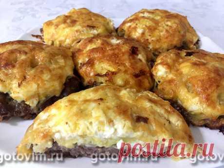 Мясные стожки из фарша с картофелем, яйцом и сыром. Рецепт с фото Мясные стожки - это плоские котлеты с начинкой в виде горки. Их еще называют мясные гнезда и мясные ватрушки. Получается блюдо два в одном: и котлеты, и гарнир к ним. Классический рецепт приготовления стожков представляет собой мясную котлету, на которую слоями выкладываются лук, вареные яйца, картошка, сыр и майонез. По желанию начинку можно изменить. Вместо яиц положите грибы, а картошку замените морковью ...