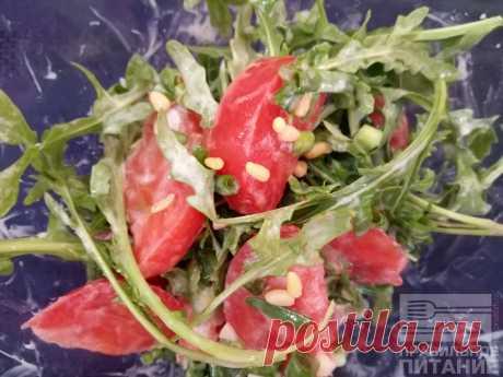 Острый салат с рукколой и кедровыми орехами