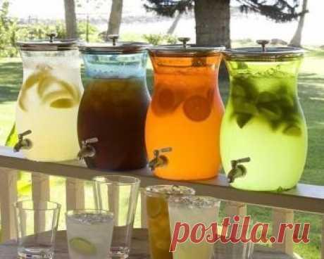 5 рецептов домашнего лимонада ,идеальных для жарких летних деньков 5 рецептов домашнего лимонада ,идеальных для жарких летних деньков  Апельсиновый лимонад или «Домашняя Фанта»  Ингредиенты: 8 апельсинов (нам понадобятся только корочки); 4 лимона (только сок и мякоть); Сахар — 2кг; Вода  Способ приготовления: Апельсиновые корочки заливаем кипятком и настаиваем сутки. Корочки вынимаем и пропускаем через мясорубку. Жидкость нагреваем до кипения и заливаем ею массу из корочек...