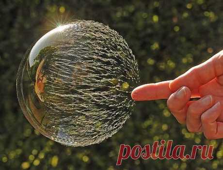 Так лопается мыльный пузырь, замедленная съемка.