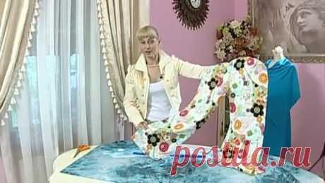 """Доброе утро на """"Первом"""" https://www.1tv.ru/person/7985 Фасон брюк, который идет всем, - бананы. Сшить их можно за полчаса. Фасон будет очень простым -- прямые широкие брюки со складками на талии. Пояс и низ брюк соберем на резинки, а в комплект к брюкам сошьем простой топ.Ткань выбираем по всем правилам. Для объемных брюк рекомендуется струящийся шелковый или вискозный трикотаж. Ткань прекрасно драпируется и не будет полнить фигуру.Раскроить брюки-бананы проще простого -- в..."""