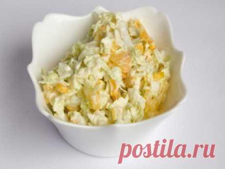 Салат капустный с кукурузой и яблоком   На 100 гр - 36.12 ккал  белки - 1.38  жиры - 0.39  углеводы - 6.38   Ингредиенты: - Кукуруза консервированная 100 г - Яблоко 1 шт. - Пекинская капуста 0,5 шт. - Лимонный сок по вкусу - Соль по вкусу - Перец черный молотый по вкусу  Приготовление: 1. Слить сок из консервированной кукурузы и оставить в дуршлаге, чтобы жидкость стекла. 2. Очистить яблоко от кожуры, удалить сердцевину и мелко нарезать или натереть на терке. 3. Нашинковат...