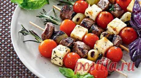 Шашлыки с адыгейским сыром и черри Прекрасный рецепт ароматных и вкусных шашлычков с кавказским сыром и томатами черри из говяжьей вырезки. Приготовьте шашлычки дома, не надо ждать лета!