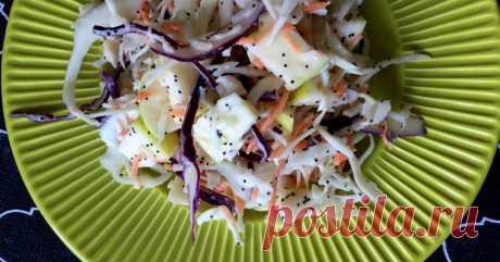 Салат из капусты с яблоком и маковой заправкой Когда я ищу идеи, как по-новому подать классический зеленый салат, то к моим услугам все сокровища интернета. Дома была капуста, морковь и яблоки – оставалось лишь найти на Pinterest рецепт интересной заправки. Получился вкуснейший салат, усыпанный маковыми зернышками.
