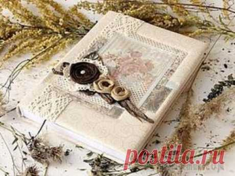 """Делаем обложку блокнота """"Теплая осень"""" Сложность: ниже средней Время работы: 3 часа Материалы: картон, ткань хлопок, киперная лента, рафия, кружево, скрап бумага, металлическая фурнитура, деревянные бусины Со слов автора.На уникальность н..."""