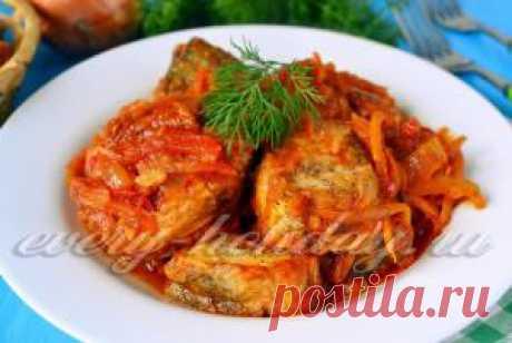 Рыба в томатном соусе с морковью и луком