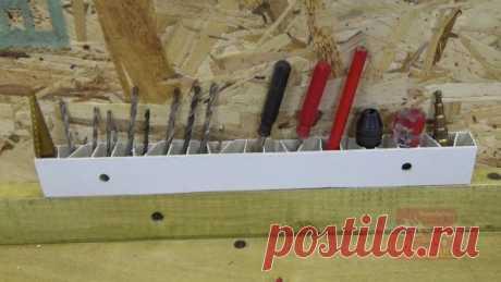 Держатель для инструмента из пластикового подоконника Привет всем любителям самоделок!Сегодня хочу показать очередную полезную самоделку для верстака в мастерской. Чем больше на верстаке инструмента, тем нужно компактнее и удобнее его размещать. Поначалу я держал отвертки на верстаке в обычных креплениях, которые используются для пластиковых труб, но