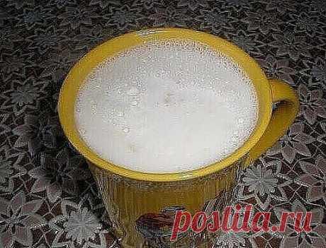 КАШЕЛЬ И БРОНХИТ ПРОХОДЯТ В МИГ ! Достаточно выпить перед сном это натуральное средство! СРЕДСТВО ОТ БРОНХИТА. Ингредиенты: 250 мл молока 1 чай. лож. сливочного масла 1 чай. лож. мёда 0,25 чай. лож. пищевой соды 1 желток Приготовление. Вскипятите молоко и остудите его.  Добавьте сливочное масло (можно заменить на какао-масло) и мёд. Хорошо перемешайте.  Затем добавьте соду, яичный желток и хорошо перемешайте еще раз.  Взрослые могут добавить по желанию 1 десертную лож...