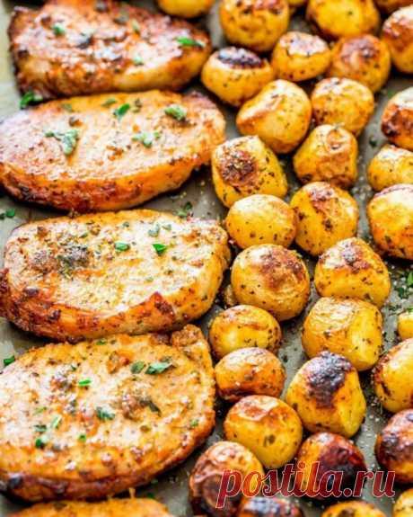 Свиные отбивные, запечённые с картофелем — Sloosh – кулинарные рецепты