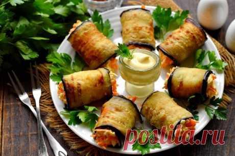 Вкусная закуска из баклажанов, готовится быстро и просто. Жареные пластинки баклажанов скручиваются рулетами с начинкой внутри. Для начинки используем сырую морковь и мягкий плавленый сыр, для пикантности добавляем чеснок.  Ингредиенты:  Баклажаны - 1 шт. Показать полностью...