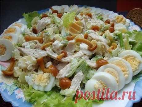 """Салат """"Сосновый бор""""  Ингредиенты: 6 шт - отварной картофель 1 шт - лук репчатый 400 гр - мясо отварное 5 шт - вареные яйца 200 гр - грибы маринованные зелень по вкусу, майонез  Приготовление: Картофель и мясо нарезать кубиками и выложить в салатник. Лук репчатый мелко нарезать, яйца натереть на крупной терке и вместе с нарезанными грибами добавить все в салат. Заправить майонезом, посолить и поперчить, хорошо перемешать и посыпать зеленью."""