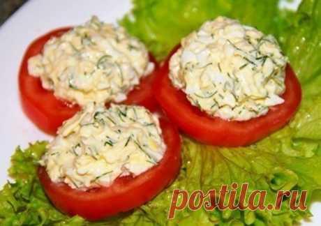 ¡La colación de ostentación de tomate a la mesa — simplemente y mucho vkuno!