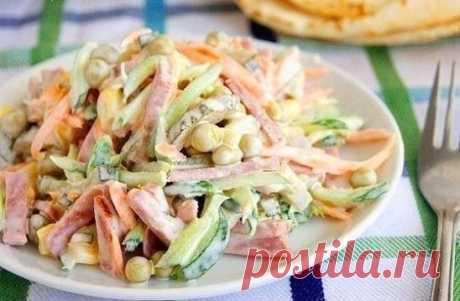 Очень простой и вкусный салатик Ингредиенты: нежирная колбаска, огурцы маринованные, огурцы свежие, сырая морковь, горошек зеленый консервированный, кукуруза консервированная, соль по вкусу, майонез или сметана, кому как нравится. Приготовление: Салатик очень просто готовится все ингредиенты сырые, варить ничего не надо, поэтому время приготовления сокращается в разы, нужно нарезать соломкой ингредиенты, и просто заправить майонезом или сметаной.