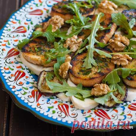 Салат с баклажанами, моцареллой и гренками - Daria Saveleva Я очень люблю баклажаны, готова есть их в любой сезон, особенно в сочетании с чесноком, кинзой и грецким орехом. Это...