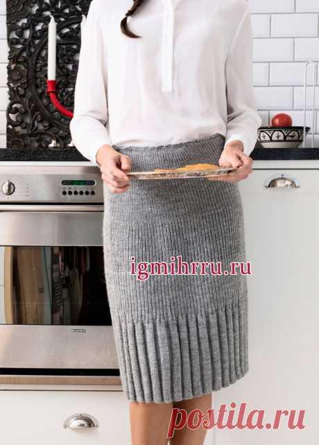 La falda gris de lana cumplida por los tipos diferentes de la goma. La labor de punto por los rayos