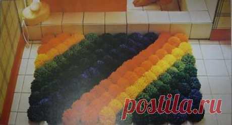 Необычный коврик из помпонов.  Помпоны из ниток используют для украшения зимних шапок, шарфиков и других предметов одежды, но еще из них может получиться прекрасный коврик.  Сшить его можно любой формы и размера, используя только один цвет ниток или несколько цветов.  Изготовить коврик из помпонов, это идеальное занятие для скучных и дождливых дней.  Способов вязания помпонов великое множество, начнем с самого простого. Нитки не очень плотно наматывайте на пальцы. Если хот...