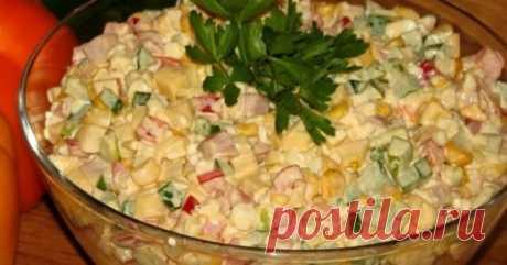 Салат «Аленушка» Ингредиенты Ветчина, 450 г Яйцо, 3 шт. Огурцы, 1 шт. Болгарский перец, 1 шт. Консервированная кукуруза, 350 г Майонез, 4 ст. л. Укроп, по вкусу Соль, по вкусу Черный перец (молотый),по вкусу Приготовление Яйца сварите вкрутую, остудите, очистите и нарежьте небольшими кубиками. Болгарский перец и ветчину порежьте длинными полосками, а огурец — кружочками. Зелень измельчите с помощью ножа. Смешайте все ингредиенты в глубоком салатнике, заправьте майонезом, добавьте специи, зелень