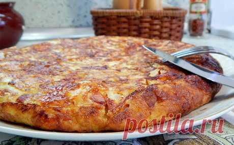 Натираем картофель вместе с колбасой, и основа для мясного пирога готова. Тесто не требуется