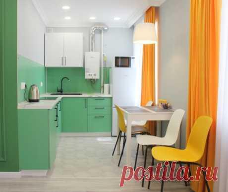 Квартира по сдачу. Маленькая угловая кухня в современном стиле с обеденным столом, накладной раковиной, плоскими фасадами