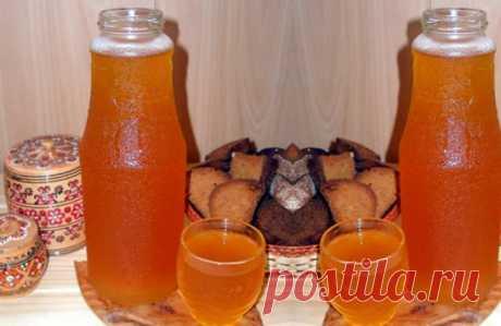 КВАС КОТОРЫЙ ПРОДАЮТ В БОЧКАХ ЛЕТОМ ПОВСЮДУ ДОМАШНИЙ КВАС , уже через 6 часов . Вкусно, быстро, обалденно, не отличить от бочкового !   ☛☛ 5 литров холодной воды, 2 столовых ложки цикория(обычного, без всяких добавок вкусовых) чайную ложку лимонной кислоты 650 гр сахара (если любите менее сладкий, то сахара можно взять 400 гр) Всё соединим, и ставим на огонь чтоб закипело. Как закипит, отключаем и