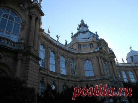 На самом деле, это не настоящий замок. Когда Венгрия праздновала своё тысячелетие в 1896 году, был построен павильон из фанеры, дерева и папье-маше, в котором собрали различные архитектурные стили и все самые знаменитые строения Венгрии, в том числе замок