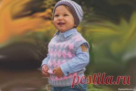 Безрукавка с ромбами для мальчика спицами | Вязание спицами для детей Безрукавка для мальчика спицами, схема вязания и описание. Безрукавка с ромбами станет любимой вещью малыша. Вязание для детей 2-3 лет.Размеры: 80/86Вам потребуется: 200 г серой и 100 г розовой пряжи AdeliaJustin (75% акрила, 25% нейлона, 246 м/100 г); спицы № 3,5 и № 4; круговые спицы №...