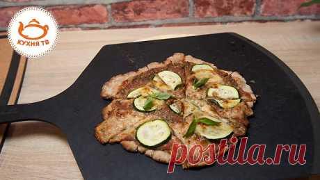 Пицца: пошаговый видеорецепт Рецепт домашней пиццы от телеканала «Кухня ТВ». Ингредиенты: Свежий томат — 3 шт. Бальзамический уксус — 1—2 ст. л. Оливковое масло — 1 ст. л. Чеснок — 1 зубчик Зеленый базилик — 2 г Цукини — 1 шт. Мо…