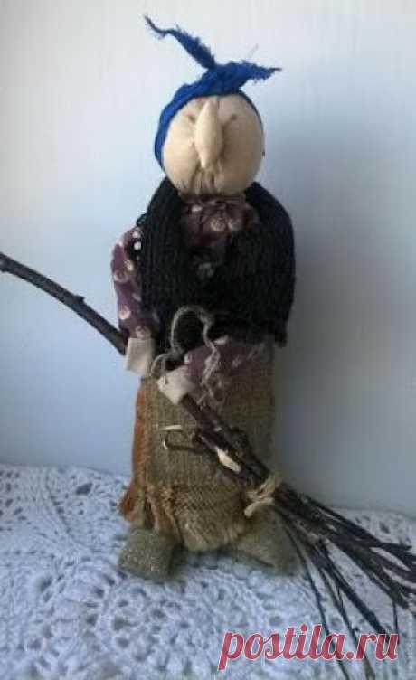 Баба-Яга мотанка в лаптях Материалы: ткань бежевая или белая (для основы) лоскуты на одежду — по желанию нитки для обматывания куклы веточка женского дерева (для основы куклы) спичка (для носа) мешковина и льняные нит…
