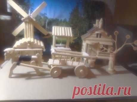 Игра представляет собой набор деревянных изделий, которые являются характерными для старинной российской деревни. Набор состоит из домика, ветряной мельницы, колодца, телеги с лошадкой и дерева с петушком. Все изделия изготовлены из натурального дерева – клёна, орешника, берёзы, ясеня, без гвоздей и лакокрасочного покрытия, обработаны воском. Размер изделий в пределах 10 - 20 см.