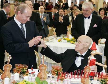 Фото 3 Торжественные приемы в Кремле | Rusbase Владимир Путин и виолончелист и дирижер Мстислав Ростропович во время торжественного приема по случаю 80-летнего юбилея музыканта в Кремле.